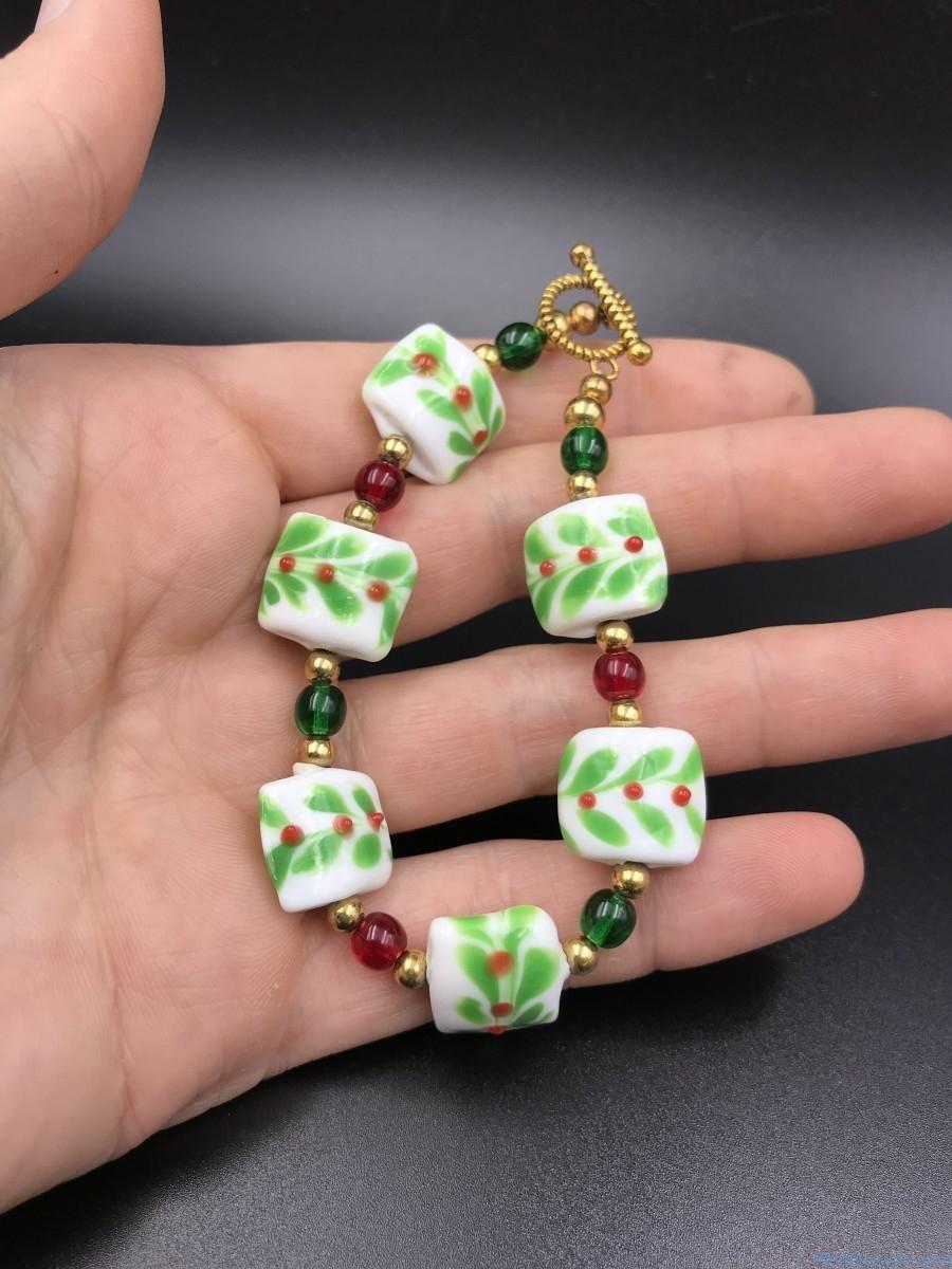 Red Berries Vine Holiday Beaded Bracelet Bead Green