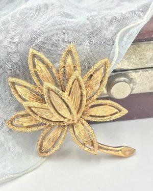 Avon Textured Gold Tone Leaf LOTUS FLOWER Brooch Original Box Precious Pretenders